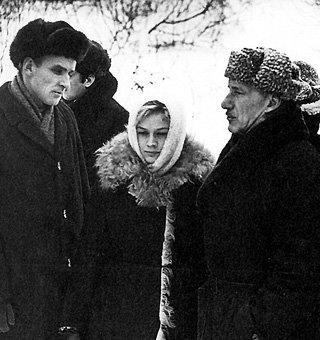 На съёмках фильма «Любить человека» Сергей ГЕРАСИМОВ (справа) жутко ревновал возлюбленную к партнёру Анатолию СОЛОНИЦЫНУ (слева)