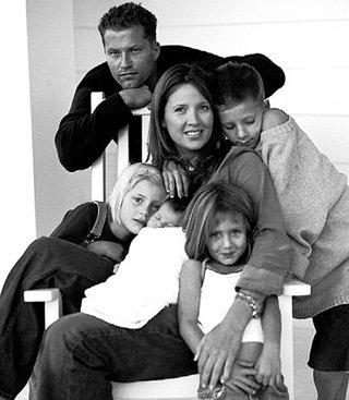 Тиль с женой Даной, тремя дочками и сыном