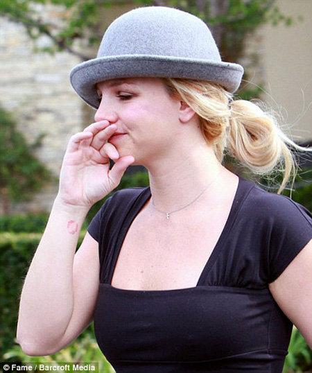 Бритни СПИРС прикрыла катастрофу на голове ужасной шляпкой