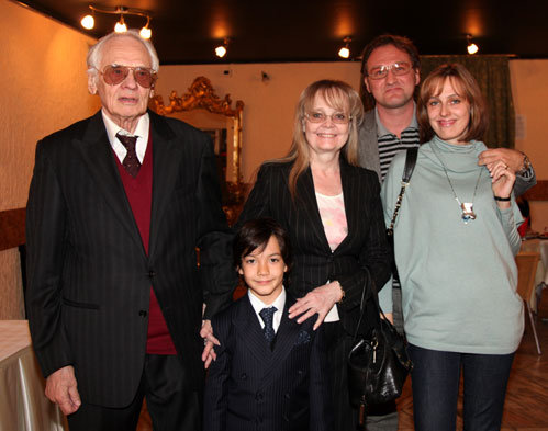 Владимир НАУМОВ с женой Натальей БЕЛОХВОСТИКОВОЙ, приёмным сыном Кириллом, дочерью Натальей НАУМОВОЙ и её мужем Алексом
