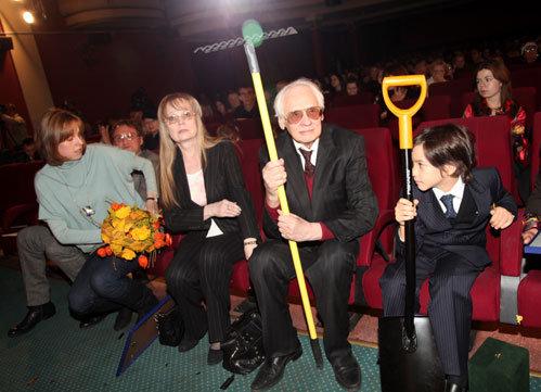 Владимир НАУМОВ и Наталья БЕЛОХВОСТИКОВА с приёмным сыном Кириллом и дочерью Натальей