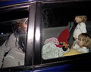 Ночь на дворе мама со своими маленькими помощницами готовится спать, отогнав машину к карьеру на окраину Екатеринбурга