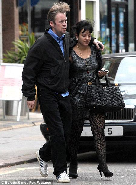 Лили АЛЛЕН с бойфрендом Брэдом КУПЕРОМ. Фото Daily Mail