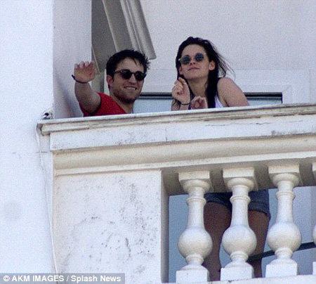 Роберт ПАТТИНСОН и Кристин СТЮАРТ на балконе своей гостиницы в Рио