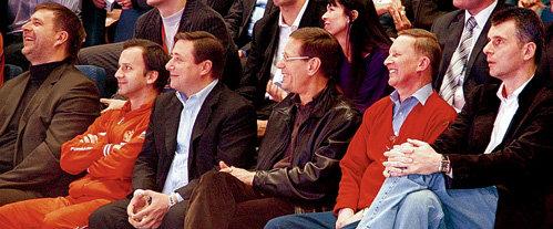 Во время приезда баскетбольной команды «Нью-Джерси Нетс» ПРОХОРОВ пригласил посмотреть на свое приобретение близких друзей - Аркадия ДВОРКОВИЧА, Александра ХЛОПОНИНА, Александра ЖУКОВА и Сергея ИВАНОВА. Кстати, с ХЛОПОНИНЫМ олигарх дружит с 1988 года. Они вместе занимались бизнесом - делали из обычных джинсов «вареные»