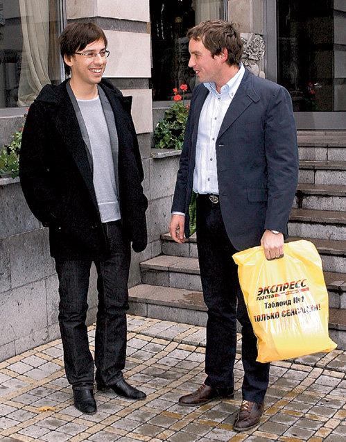 Максим ГАЛКИН и Сергей МИНАЕВ с подарками от «Экспресс газеты» (фото Руслана ВОРОНОГО)
