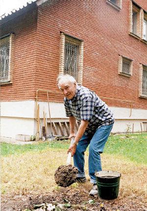 ...а Вячеслав ТИХОНОВ до самой смерти любил копаться в огороде