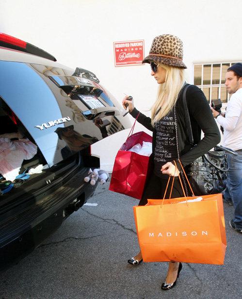1 Пэрис ХИЛТОН, возвращаясь с шоппинга, ненароком уронила игрушечного зайку...