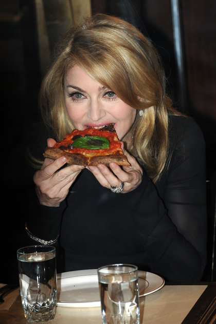 Мадонна, жующая пиццу - редкий кадр. Певица фанатично следит за тем, что она ест и не позволяет себе никакого фаст-фуда... Ну разве что на спор на шоу Дэвида ЛЕТТЕРМАНА - позируя перед камерами.