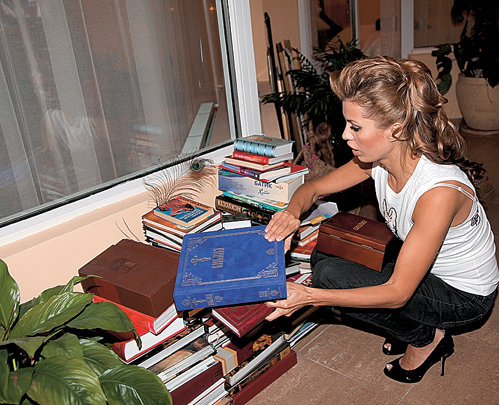 В квартире телеведущей хранится несколько переплетенных на заказ Библий