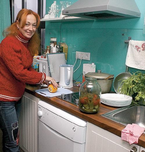 На кухне звезда превращается в обычную домохозяйку