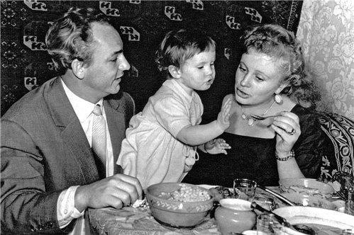 Николай РЫБНИКОВ и Алла ЛАРИОНОВА с дочкой (фото kino-teatr.ru)