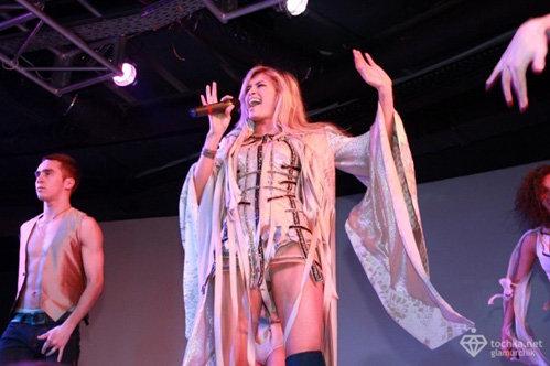 На концерте в кристалл холл сексуальная вера брежнева видео