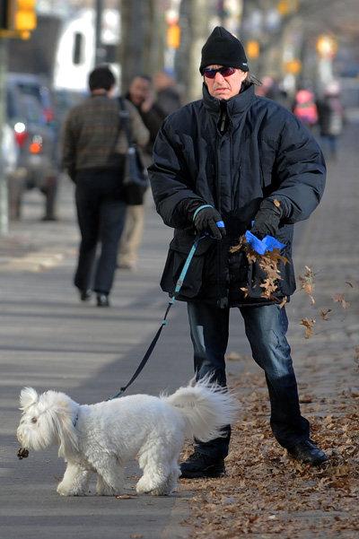 Актёр находит в себе силы, чтобы совершать короткие прогулки в парке рядом с домом