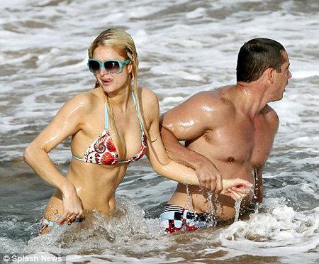 Друг Пэрис силком вытащил её из воды - фото Daily Mail