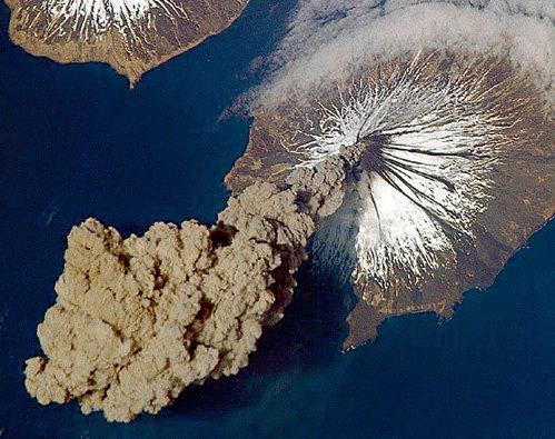 Вулкан Эйяфьятлайокудль напугал всю Европу, притормозил Гольфстрим и обещает в самом ближайшем будущем извергнуться еще раз