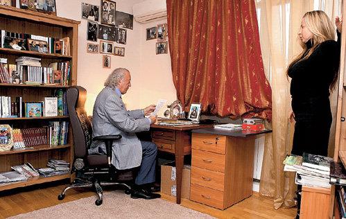 В кабинете Илья РЕЗНИК только просматривает корреспонденцию, а стихи пишет везде, где застигнет вдохновение