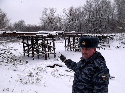 Сергей ЧЕБОТКОВ, начальник отделения участковых уполномоченных, показывает, чтол осталось от моста