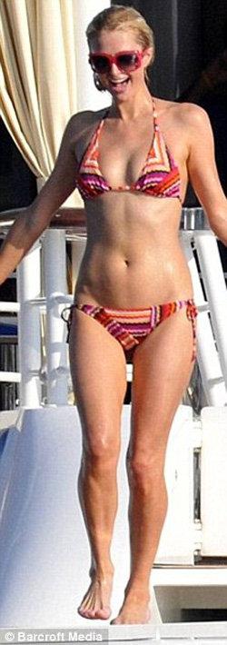 А ещё в июле Пэрис была худой как щепка - фото Daily Mail