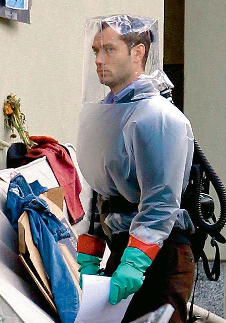 Для Джуда ЛОУ оказалось легче защитить тело, чем душу (кадр со съёмок «Contagion»)