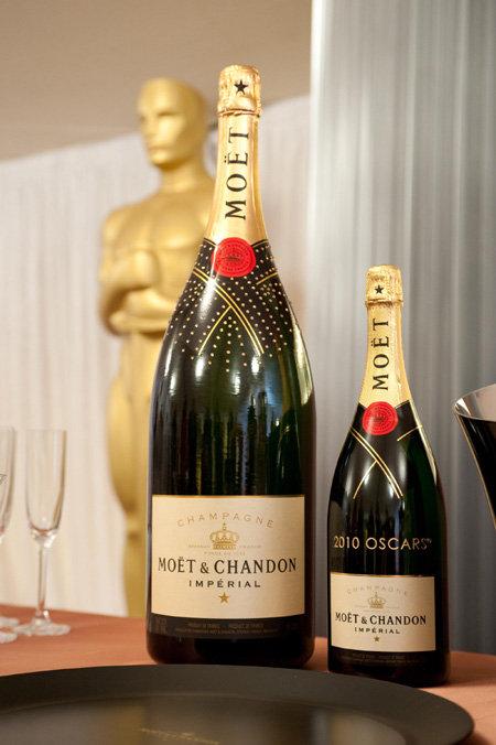 Для гостей подаётся толкьо лучшее шампанское ценой по 300 долларов за бутылку