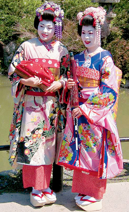 Профессия гейши появилась в XVII столетии, когда японкам было уготовано лишь два места в жизни: домашний очаг или публичный дом. Гейши не занимались сексом за деньги, а лишь развлекали мужчин беседой и музыкально-хореографическими номерами