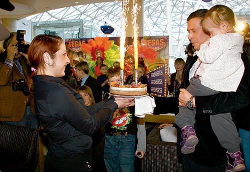 Задуть свечи на праздничном торте Андрей доверил средней дочери Серафиме