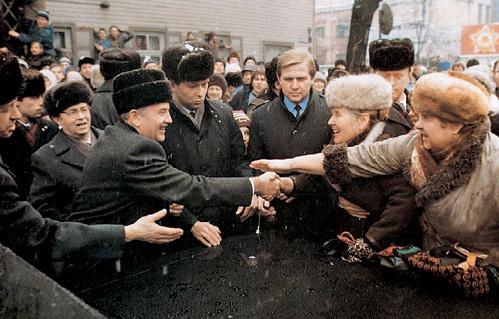 Одной рукой Михаил ГОРБАЧЕВ здоровался с народом, а другой подписывал грабительские законы