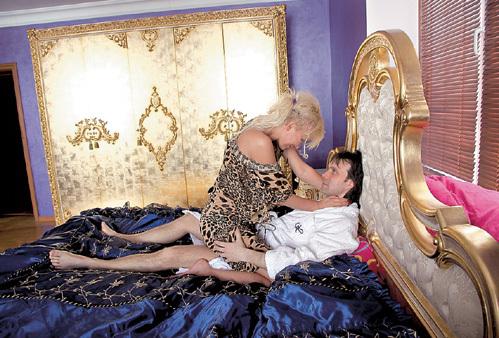 В шикарной спальне писательницы Юлия и Сергей изучают классическую литературу. Начали с «Камасутры»