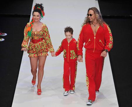Вместе с Натальей КОРОЛЁВОЙ и Сергеем ГЛУШКО (Тарзаном) на подиум впервые вышел их 9-летний сын Архип. Фото: glamour.ru