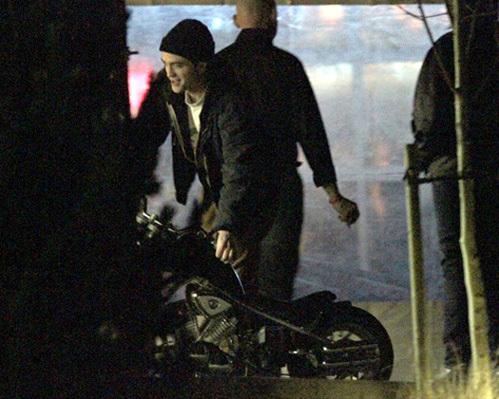 На празднике присутствовал и Роберт ПАТТИНСОН, который решил опробовать подаренный Кристен мотоцикл