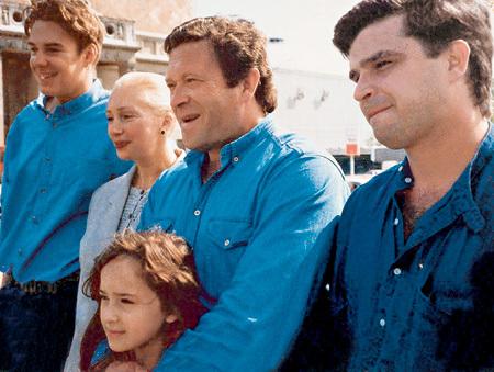 МАРТИРОСЯН и ВАСИЛЬЕВА с детьми: её сын Филипп, их совместная дочь Лиза и его сын Дмитрий (1995 год)