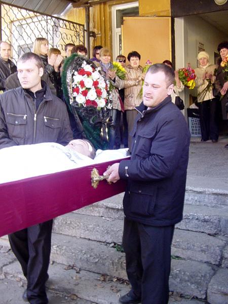 ПОХОРОНЫ Андрея Рябушинского: гроб с телом пародиста утопал в цветах