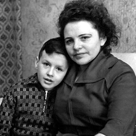 С детства Саша был очень ласков с мамой