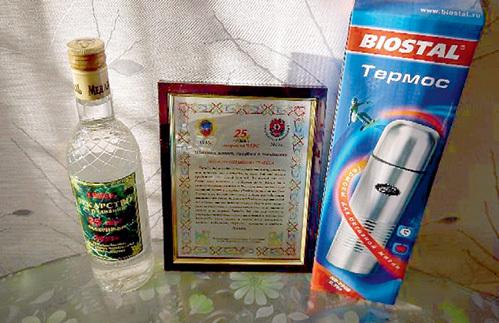 Сегодня, на 25-летие аварии, ликвидаторам рассылают «праздничный» набор: бутылка водки «Лекарство от радиации», термос и молитва оптинских старцев
