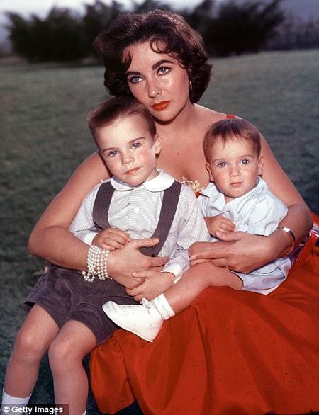 Элизабет ТЕЙЛОР с сыновьями