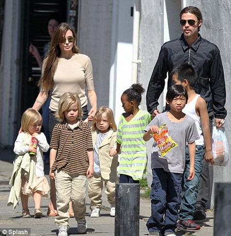 Анджелина ДЖОЛИ и Брэд ПИТТ с детьми  - фото Daily Mail