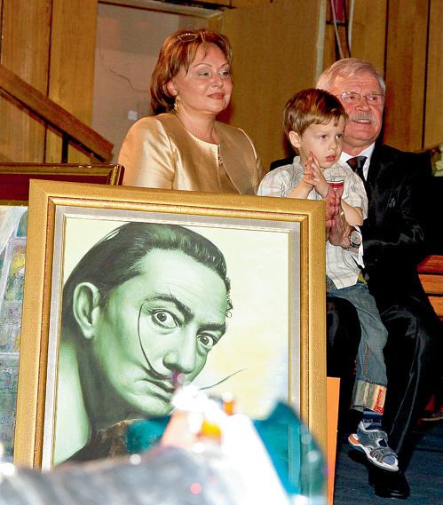 Юбиляр вместе с супругой, актрисой Екатериной ВОРОНИНОЙ, и трёхлетним внуком Петей принимал подарки, среди которых был и портрет Сальвадора ДАЛИ от Никаса САФРОНОВА