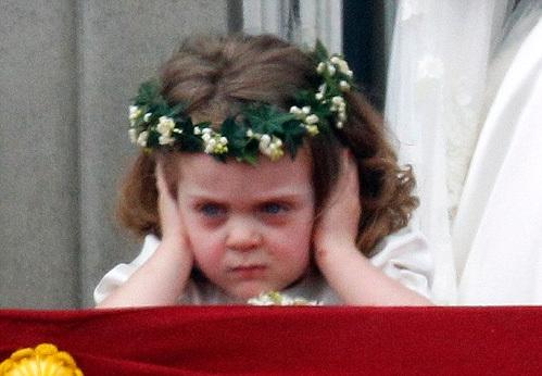 Второй интернет-сенсацией стала крестница Уильяма Грейс Ван Кастем, которая во время поцелуя принца с Кейт закрывала уши и морщилась