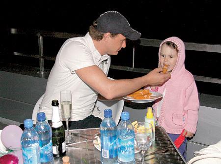БАШАРОВ наградил дочку именем Амели из большой любви к героине одноименного французского фильма. Доктор психологических наук уверен, что девочка будет очень принципиальной и во всём похожей на отца