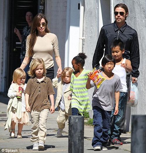 Анджелина ДЖОЛИ с семьёй