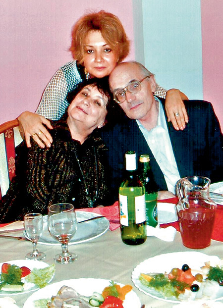Юбилей Екатерины (вверху) стал последней тщетной попыткой примирения с родителями - писательницей Галиной ЩЕРБАКОВОЙ и журналистом
