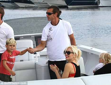 Певица едет в гости к миллиардеру вместе с мужем Гевином РОССДЕЙЛОМ.