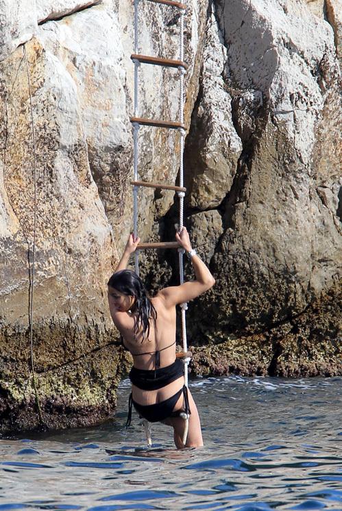 Мишель РОДРИГЕС чуть не потеряла трусы во время экстремального купания...