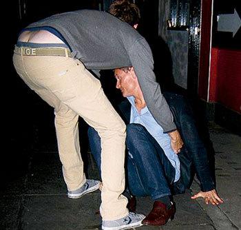 КУЛТХАРД упал, отшатнувшись от папарацци