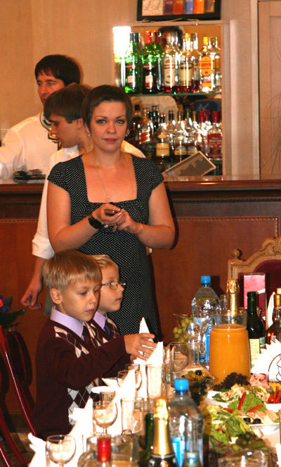 Супруга артиста Наталья с сыновьями - Ваней и Федей