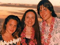 12-летняя Анджелина с мамой и с братом Джеймсом.