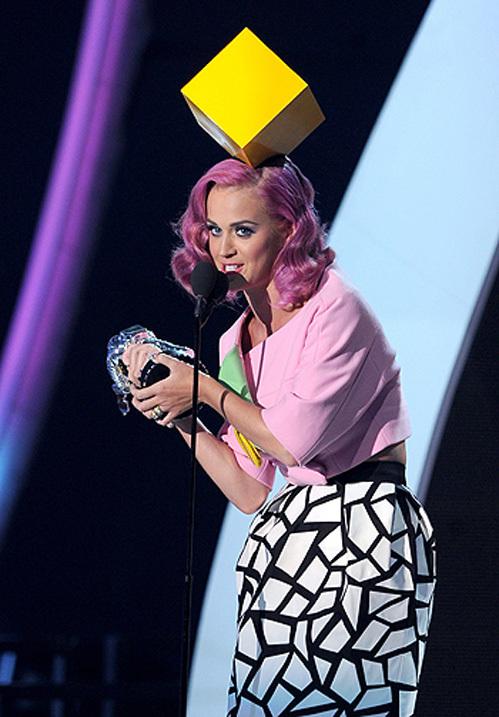 Кэти ПЕРРИ поразла публику шляпкой-кубом...