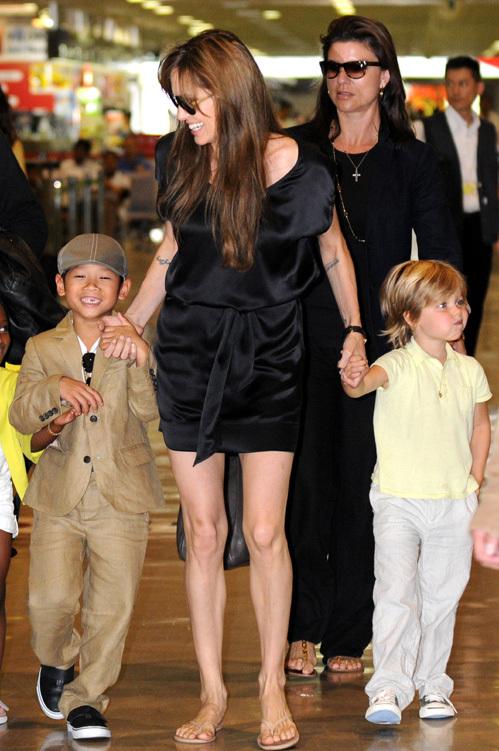 Анджелина в тревоге за своего сына - ведь у того было тяжёлое детство
