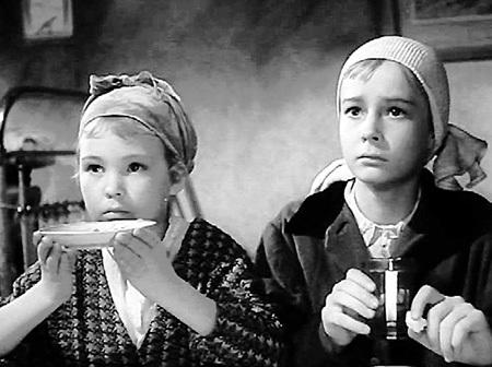 Наташа (справа) дебютировала в кино в 14 лет в фильме «Вступление»